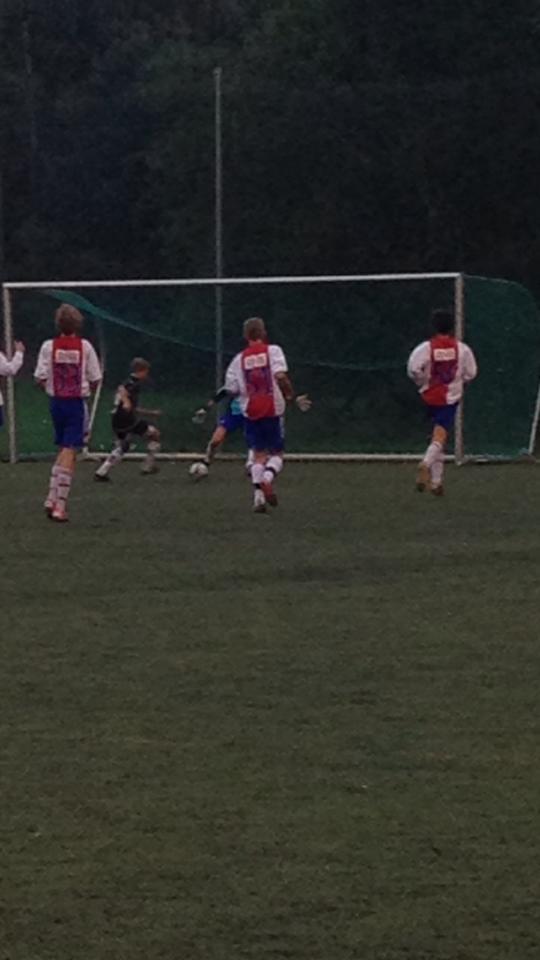 Her blir Sondre avblåst for offside, men setter ballen i mål.