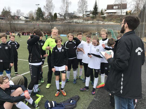 Trener Frode Meisingset gir de siste instruksjonene før siste kamp i puljespillet.